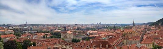 Panorama av Prague i sommardagen, Tjeckien Fotografering för Bildbyråer