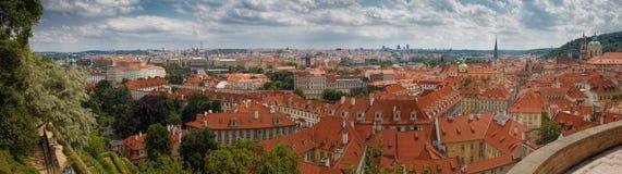 Panorama av Prague med den Prague slotten, röda tak av Prague Royaltyfri Fotografi