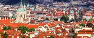 Panorama av Prague med den Prague slotten, röda tak av Prague royaltyfria foton