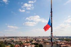 Panorama av Prague med flaggan av Tjeckien Royaltyfria Bilder