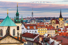 Panorama av Prague med röda tak från ovannämnd sommardag på skymning, Tjeckien Fotografering för Bildbyråer