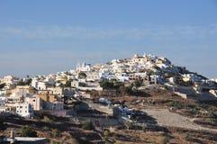 Panorama av Pyrgos i söderna av ön av Santorini i Grekland Royaltyfri Bild