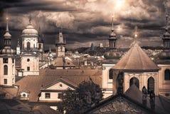 Panorama av röda tak av Prague arkivbild