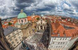 Panorama av röda tak av Prague och Charles Square Royaltyfri Fotografi