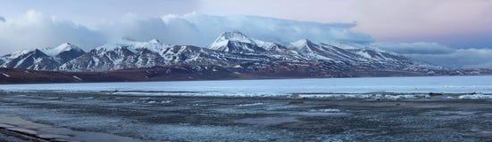 Panorama av Rakshas Tal (Tib. Langa Tso) i västra Tibet, 4515 Arkivbilder