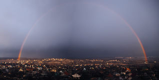 Panorama av regnbågen över staden Kharkov efter regnet för Arkivfoton