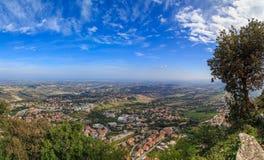 Panorama av Republiken San Marino och Italien från Monte Titano Arkivfoto