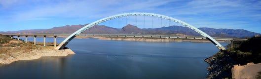 Panorama av av Roosevelt Bridge i sydostliga Arizona fotografering för bildbyråer