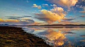 Panorama av sångKul sjön på gryningKirgizistan Arkivbilder