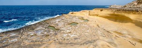 Panorama av Salt avdunstningdamm som kallas också salterns eller, saltar pannor som lokaliseras nära Qbajjar på den maltese ön av Royaltyfri Fotografi
