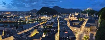Panorama av Salzburg på solnedgången, Österrike arkivbilder
