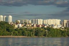Panorama av samaraen och invallningen av staden Sikt från Volgaen på solnedgången av dagen arkivfoto