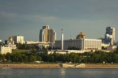 Panorama av samaraen och invallningen av staden Sikt från Volgaen på solnedgången av dagen fotografering för bildbyråer