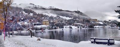 Panorama av Sankt Moritz Saint Moritz, San Maurizio stad i E royaltyfria bilder