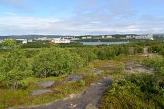 Panorama av Semenovsky sjön och det bebodde bostads- området av staden av Murmansk Royaltyfri Foto