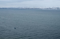 Panorama av Sevan sjön i vintersäsong, störst sjö i Armenien Arkivbilder