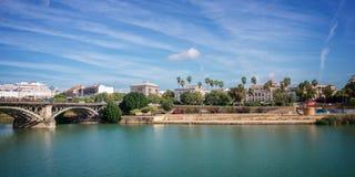 Panorama av Seville och Guadalquiviren arkivfoto