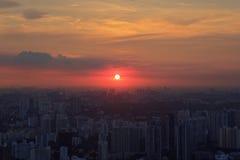Panorama av Singapore horisont med skyskrapor på solnedgången Arkivbild
