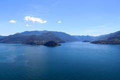Panorama av sjön Como och lakesidestaden Bellagio med berg i Lombardy Arkivbild
