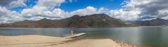Panorama av sjön nära sequoianationalpark Arkivbilder