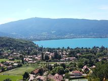 Panorama av sjön och staden Annecy royaltyfria bilder