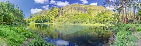 Panorama av sjön Poco gör Ribeira gör Ferreiro på den Azores ön av Flores Royaltyfri Foto