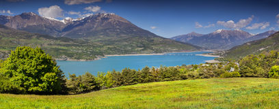 Panorama av sjön Serre-Poncon Arkivfoto