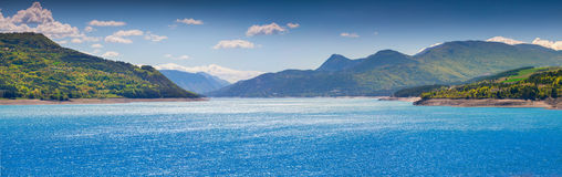 Panorama av sjön Serre-Poncon Arkivbilder