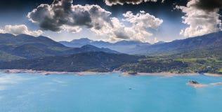 Panorama av sjön Serre-Poncon Arkivfoton