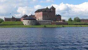 Panorama av sjön Vanajavesi med fästningen, juni dag Hameenlinna Finland stock video