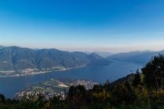 Panorama av sj?maggioren och deltan av den locarno asconaen fr?n cimetta royaltyfri foto