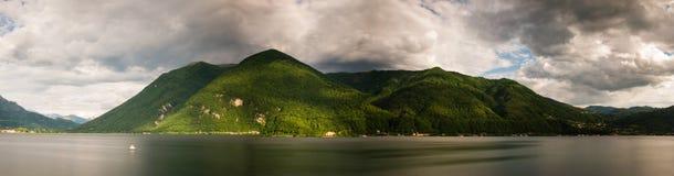Panorama av sjön Lugano Arkivfoton