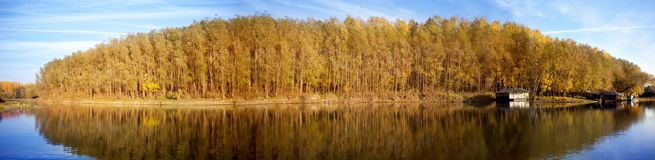 Panorama av skogar och floder i höst Royaltyfria Foton