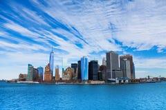 Panorama av skyskrapor för NYC Manhattan från vatten Fotografering för Bildbyråer