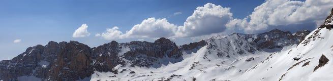 Panorama av snöig berg i trevlig solig dag Arkivbild
