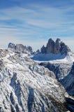 Panorama av snöig bergtoppmöten Arkivbilder