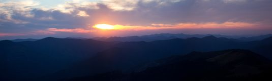 Panorama av solnedgången i berg. Karpati.Ukraine. Arkivfoto