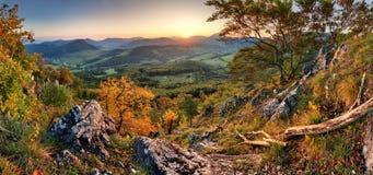 Panorama av solnedgången i en dal för Carpathian berg med wonderfu Royaltyfri Bild