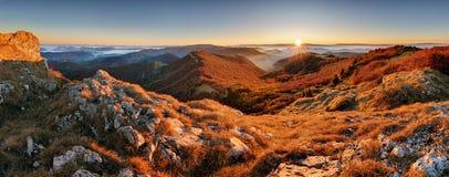 Panorama av solnedgången i en dal för Carpathian berg med wonderfu Royaltyfria Foton