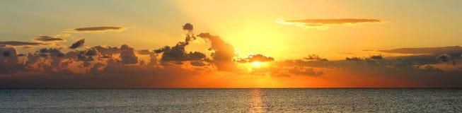 Panorama av soluppgång över havet Arkivbilder