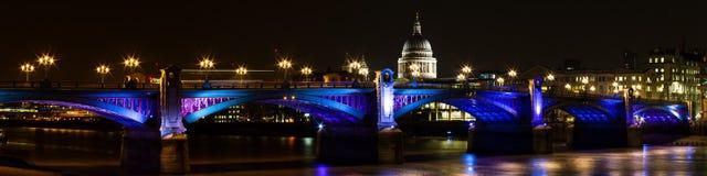 Panorama av southwarkbron på natten Arkivbild