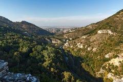 Panorama av staden av Asenovgrad från fästning för Asen ` s, Plovdiv region, Bulgarien Arkivbilder
