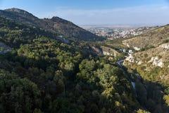 Panorama av staden av Asenovgrad från fästning för Asen ` s, Plovdiv region, Bulgarien Royaltyfri Foto