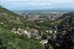 Panorama av staden av Asenovgrad från fästningen för Asen ` s, Bulgarien Royaltyfria Foton