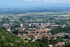 Panorama av staden av Asenovgrad från fästningen för Asen ` s, Bulgarien Royaltyfria Bilder