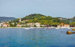 Panorama av staden av Herceg Novi från havet Arkivfoton