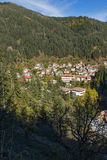 Panorama av staden av Shiroka Laka och Rhodope berg, Bulgarien royaltyfria foton