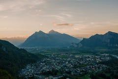 Panorama av staden av dåliga Ragaz mot bakgrunden av de schweiziska fjällängarna på solnedgången dålig ragaz Schweiz Fotografering för Bildbyråer