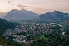 Panorama av staden av dåliga Ragaz mot bakgrunden av de schweiziska fjällängarna på solnedgången dålig ragaz Schweiz Arkivbild