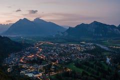 Panorama av staden av dåliga Ragaz mot bakgrunden av de schweiziska fjällängarna på solnedgången dålig ragaz Schweiz Royaltyfria Bilder